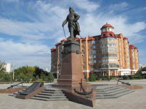 Памятник Петру 1 в Астрахани